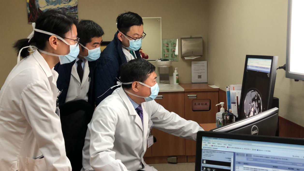 董家鸿院士和团队医生商讨病人手术方案
