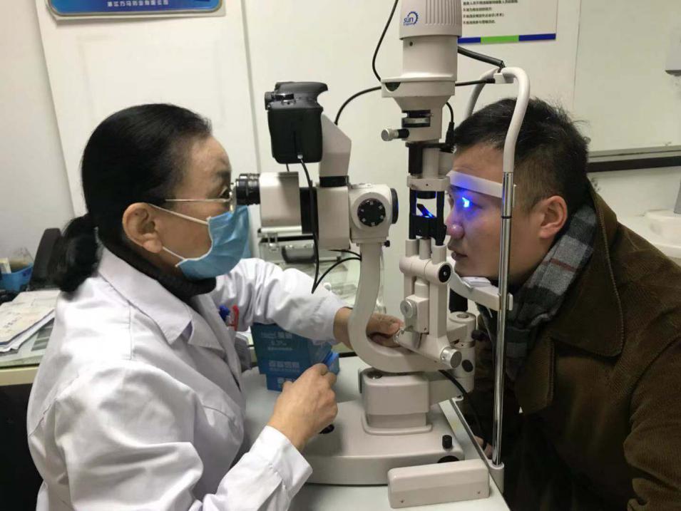 眼睛疲劳,眼睛干痒,眼睛干燥,干眼症需及时治疗,以免贻误病情