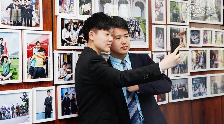 图片包含 人, 室内, 年轻, 照片  描述已自动生成