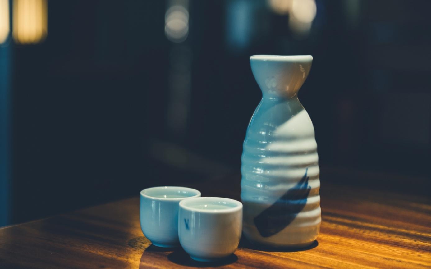 摄图网_500555346_酒壶酒杯摆放(非企业商用).jpg