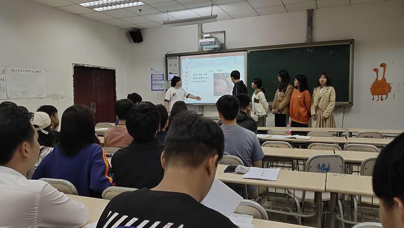 """重庆传媒职业学院答辩现场企业进来""""抢人"""""""