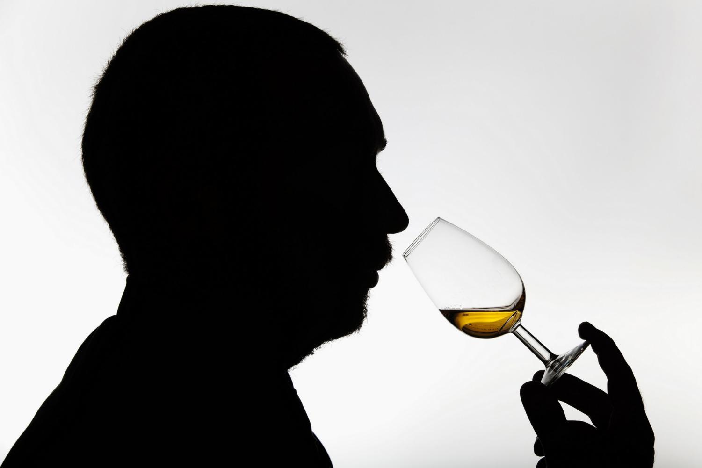 摄图网_501442387_banner_品尝威士忌的人(非企业商用)